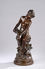 MOREAU Auguste (d'après) (1834 - 1917). «jeune fille nue lisant». Bronze à patine médaille signé. H. 43 cm. Il repose sur un socle rond en marbre blanc veiné gris