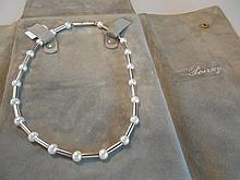 POIRAY Collier articulé en platine. Il est composé de médaillons tubulaires intercalés de perles de culture