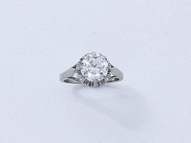 Bague solitaire en or et platine, ornée d'un diamant taille ancienne en serti griffe.. Poids du diamant: 2.04 cts.. Poids brut: 4.20 g. TDD: 51.