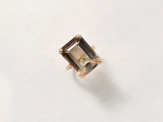Bague en or, ornée d'un quartz fumé taille émeraude en serti griffe. (égrisures)  Poids brut: 8 g. TDD: 51.5.