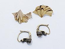 Paires de boucles d'oreilles dormeuses. Travail français vers 1900.. Poids brut: 3.50 g.. On y joint une paire de boucles en métal.
