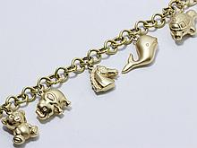 Bracelet en or 18 K partiellement godronné, retenant 5 breloques en pampille. Fermoir mousqueton.. Poids: 22.10 g. Long: 17 cm.