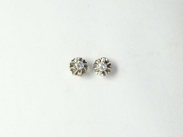 Paire de boucles d'oreilles en gris, ornée de diamants brillantés en serti griffe.. Poids des diamants: 0.40 ct env l'ensemble.. Poids brut: 3.10 g.