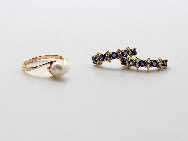 Lot en or, composé d'une paire de boucles d'oreilles et d'une bague, ornées de saphirs, de diamants brillantés et d'une perle de culture d'environ 6 mm. (manque les poussettes). Poids brut total: 4.90 g.