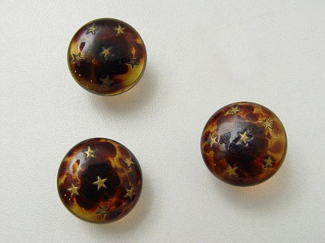 Ensemble composé de 3 boutons de plastron fantaisie, imitant l'écaille incrustée d'étoile, agrafe en métal doré. Provenance collection privée Famille Sterlé Boudier.