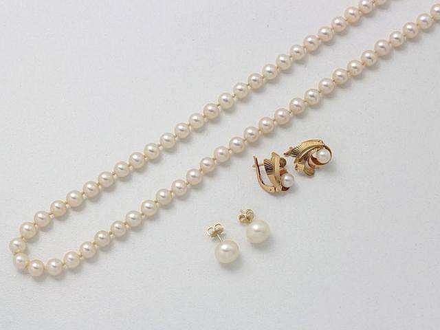 Ensemble en or et perles de culture, comprenant un collier composé d'un rang d'environ 6.5 mm, avec fermoir à cliquet et 2 paires de boucles d'oreilles.. Poids brut total: 34.20 g. Long. collier: 48 cm.
