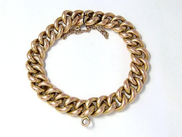 Bracelet en vermeil, maille gourmette, agrémenté d'un fermoir à cliquet avec chaînette de sécurité en vermeil. Travail français de la fin du XIX° siècle.. Poids: 25.80 g. Long: 18.5 cm. (petite usure)