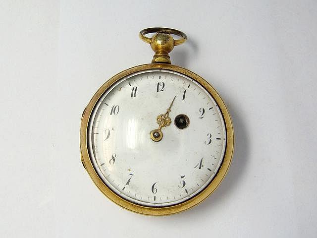 Montre de poche en métal doré, cadran émaillé blanc avec chiffres arabes peints, dos appliqué d'un putti assis sur un lion. Mouvement mécanique à coq à sonnerie. Travail de la première moitié du XIX° siècle. (en l'état). Diam: 56 mm.