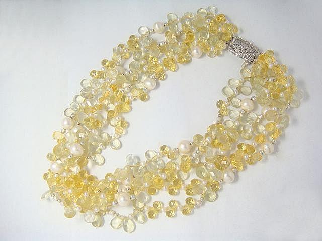 Collier composé de 5 rangs de perles de citrine facettées de formes fantaisies, rehaussées de perles de culture d'eau douce. Il est agrémenté d'un fermoir à cliquet en or gris 14 k ajouré, rehaussé de diamants brillantés, avec huit de sécurité..