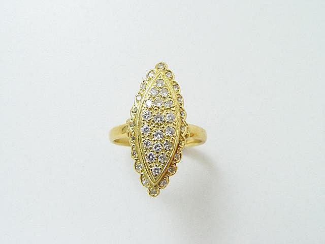 Bague marquise en or, ornée d'un pavage de diamants brillantés en serti grain. (égrisures) . Poids brut: 4.90 g. TDD: 57.