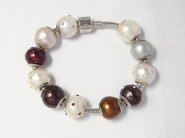 Bracelet en argent, orné de 11 charms amovibles en argent et perles de culture d'eau douce.. Poids brut: 39.60 g. Long: 17 cm.