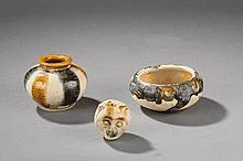 Suite de trois offrandes comprenant un pot, une coupe et une tête d'ourson en terre cuite sançai à glaçure ocre jaune, verte et blanche. Chine. Dynastie Tang. 618 à 907;