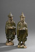 Paire de guerriers debout vêtus de longues tuniques à large manche leur barbe retombant sur leur poitrine, tout deux coiffés d'un haut bonnet conique. Terre cuite à glaçure verte et ocre jaune. Chine. Dynastie Ming. 1368 à 1644.  Ht 21cm.