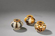 Suite de trois offrandes petits pots globulaires en céramique sançaï, glaçure trois couleurs vert, jaune, blanc sur terre cuite crème. Chine. Dynastie Tang. 618 à 907. Ht 7,5cm x diam au col 5cm.