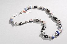 Collier recomposé selon la tradition de perles de pate de verre de Venise  et perles gzi, métal argenté. Népal.