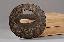 Tsuba en fer forgé incrusté de losange formant étoile au fil d'or. Japon. Période Edo. 17 ème à 18 ème siècle. Dans un coffret de bois d'inoki.
