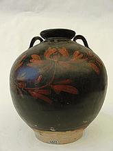 Pot globulaire a petit col évasé serti de deux anses de suspension a l épaulement en grés porcelaineux a glaçure monochrome noire décore d une branche fleurie en ocre rouge sur la couverte. Chine. Dynastie Ming. 1368 a 1644. Ht 22cm. Diam au col