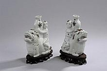 Objet de lettré, paire de goutte à goutte en porcelaine cizhu moulée des deux jumeaux Ho Ho chevauchant des chimères et portant un vase. Emaux polychromes sur couverte monochrome blanc. Chine. Dynastie Ming. Fin de la période.  Ht 16cm.