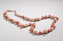 Collier recomposé selon la tradition de perles de corail branche, agate et métal argenté. Mongolie.