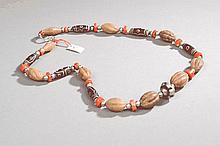 Collier recomposé selon la tradition de perles de gzi en pate de verre, corail, agate et métal argenté. Mongolie.
