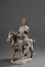 Cavalière  vêtue d'une tunique croisée chevauchant sa monture harnaché d'une selle. Terre cuite à traces de glaçure et de polychromie. Chine. Dynastie Ming. 1368 à 1644. Ht 23cm.