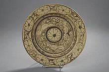 Large assiette cizhu en grès porcelaineux décoré de motifs floraux en ocre brun sur couverte. Chine. Dynastie Yuan. 1279 à 1368.