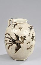 Importante verseuse Cizhu sertie d'un bec court d'un tenon de préhension enrubanné et de deux anses à l'épaulement en céramique à glaçure beige craquelée, décorée en ocre d'un dragon célestes et d'un phaenix en vol . Chine. Dynastie Ming. 1368 à