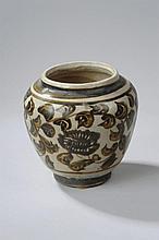 Pot Cizhu en grès porcelaineux décoré en oxyde brun sur couverte beige de feuilles tapissantes. Chine. Dynastie Yuan. 1271 à 1368. Diam 10cm au col x ht 15cm.