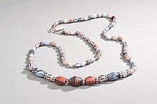 Collier recomposé selon la tradition de perles de pate de verre de Venise et métal argenté. Tribu nabjarat du désert du Thar.