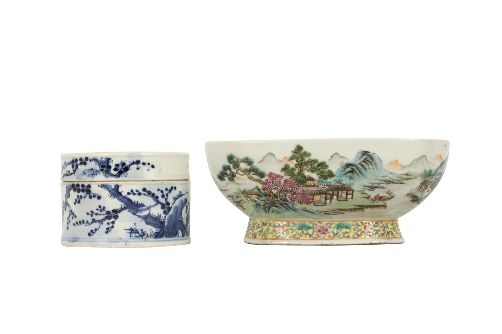 A CHINESE BLUE AND WHITE CIRCULAR BOX AND COVER AND A FAMILLE ROSE BOWL.