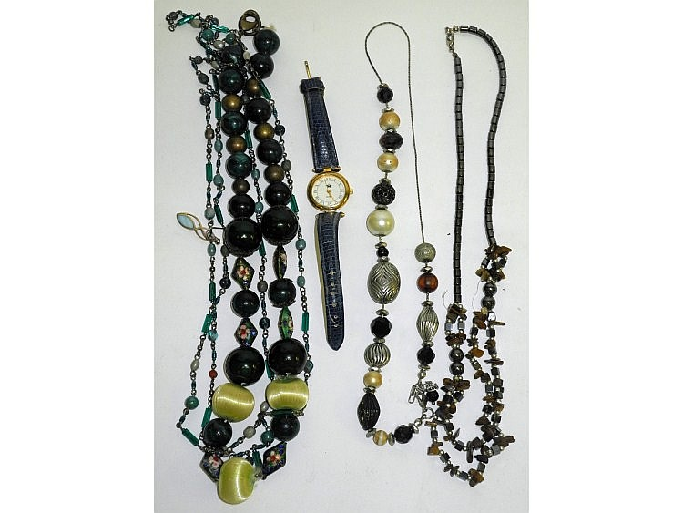 A miscellaneous collection of costume jewellery,