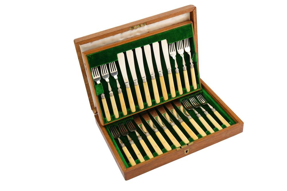 A cased George V sterling silver bladed set of fish eaters, Sheffield 1912 by Mappin & Webb