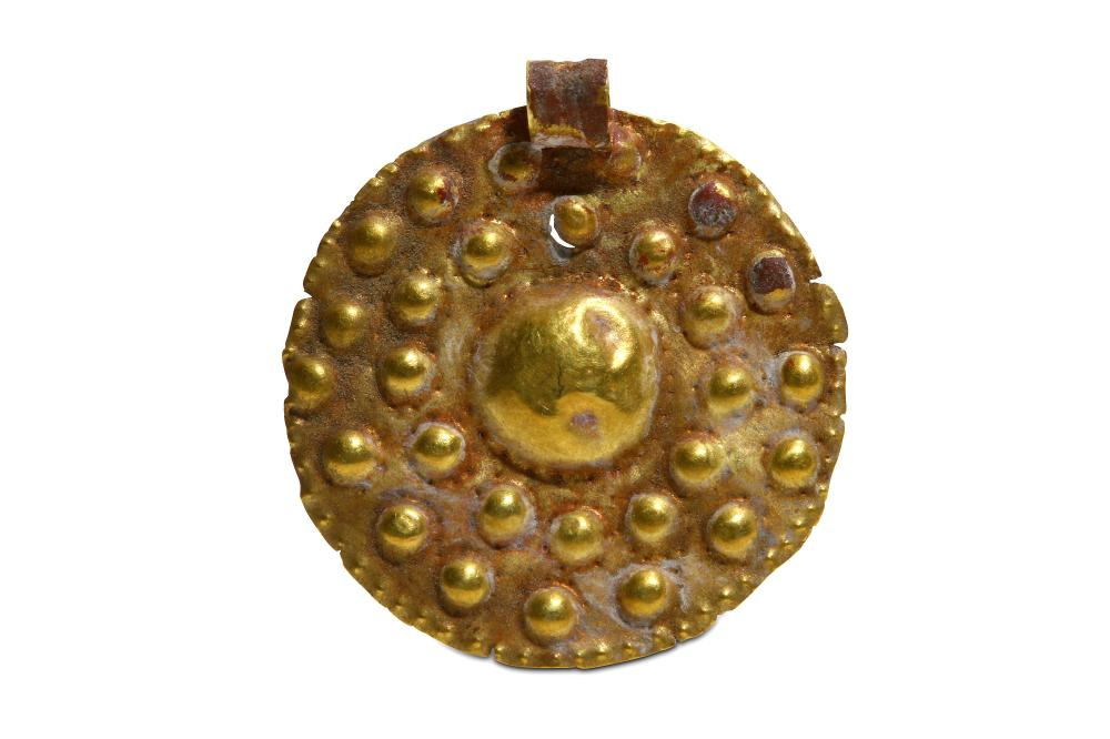 A PHOENICIAN GOLD PENDANT