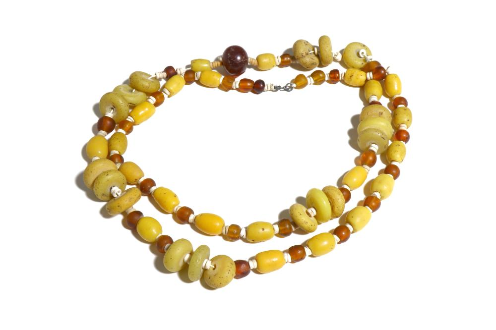 A YELLOW AND AMBER GLASS BEAD NECKLACE
