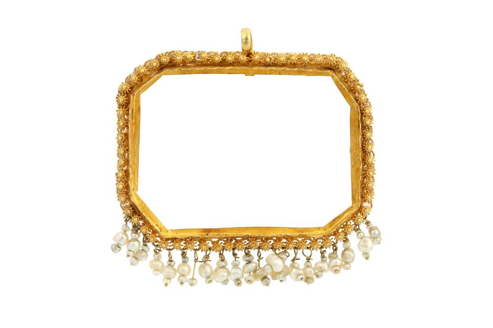 A GOLDEN PENDANT SETTING WITH A FRINGE OF SEED PEARLS