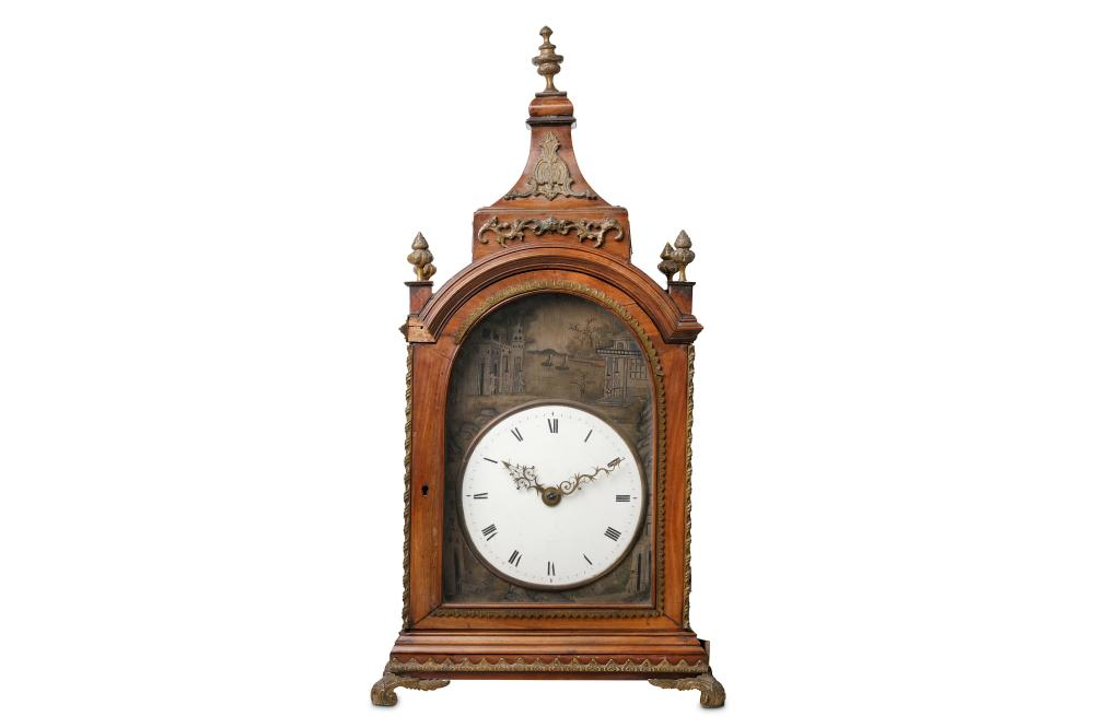 A LATE 18TH CENTURY CHINESE EXPORT MAHOGANY AND BRASS MOUNTED FUSEE BRACKET / TABLE CLOCK