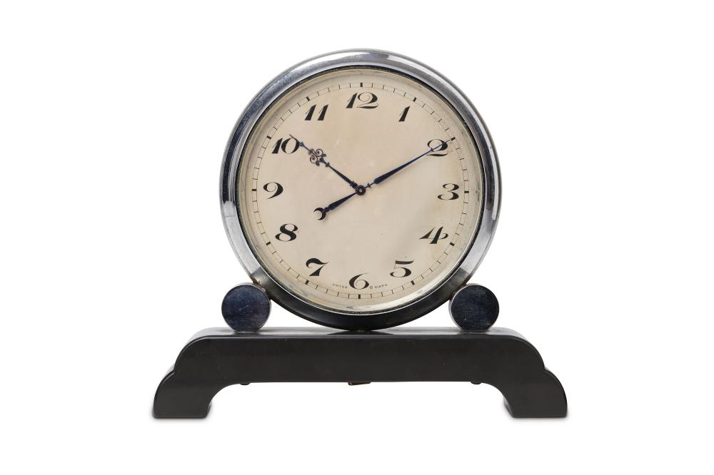 AN EARLY 20TH CENTURY SWISS ART DECO PERIOD CHROME DOUBLE FACED DESK CLOCK