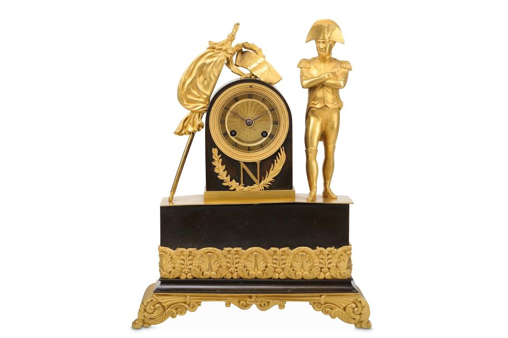 AN EARLY 19TH CENTURY FRENCH GILT AND PATINATED BRONZE EMPIRE STYLE MANTEL CLOCK ON NAPOLEONIC THEME