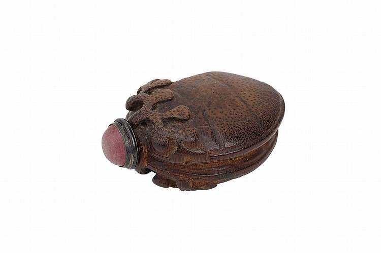 A CHINESE CARVED BAMBOO 'FRUIT' SNUFF BOTTLE.   Qing Dynasty.   Naturalistically carved as a fruit borne on a leafy branch, stopper, 6.5cm long.   Provenance: Collection of Bernard Buckman (1910 – 1991).   ? ?????