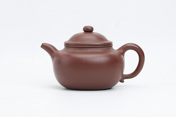 A CHINESE YIXING ZISHA TEAPOT AND COVER.   Da Qing Qianlong nianzhi seal mark to base 10cm H.   ???????    ?????????
