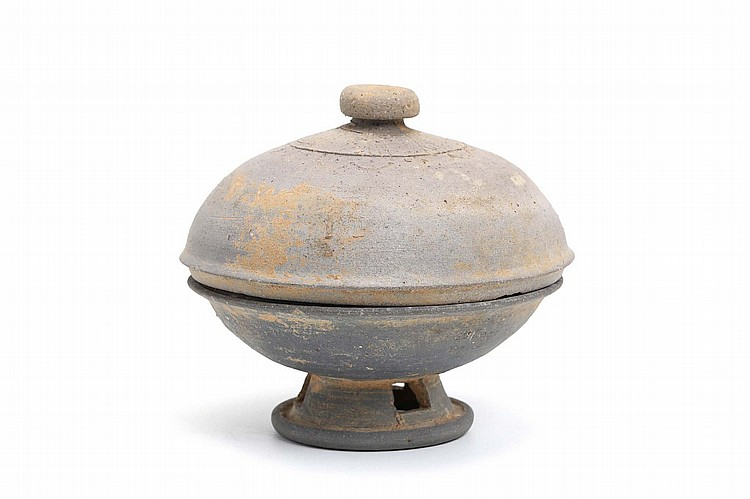 A CHINESE EARTHENWARE URN AND COVER. Silla Dynasty. 11cm H, 12cm diameter. ???????