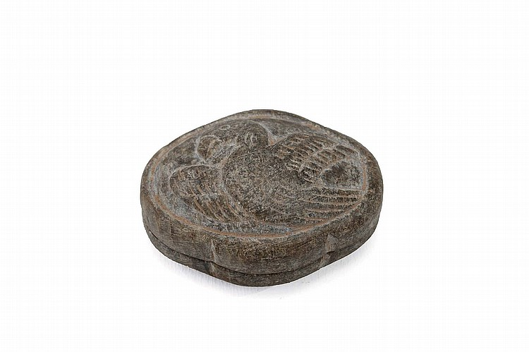 A CHINESE CARVED STONE 'BIRD' BOX AND COVER. Tang Dynasty. Of quadrilobed section the cover incised with a bird, 5cm long. ? ???????
