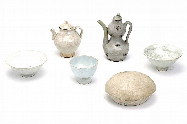 A COLLECTION OF CHINESE MAINLY QINGBAI WARES. Song Dynasty, and later. Comprising two ewers, a stem cup, two bowls and a circular cosmetic box and cover, 6-14cm H. (6) ???? ????????