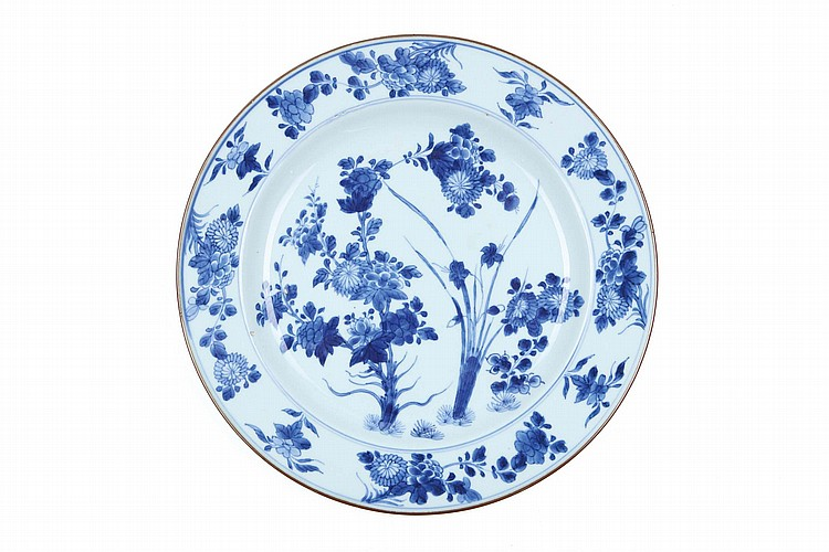 A CHINESE BLUE AND WHITE DISH.   Qing Dynasty, Kangxi era.   The central roundel well painted with peony and chrysanthemum floral sprays, related designs making up the border at the rim, 36cm diameter.   ? ?? ??????