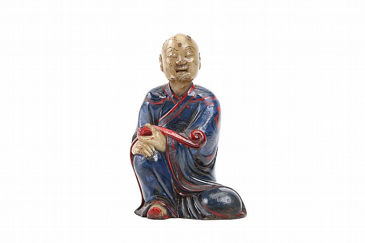 A CHINESE SOAPSTONE CARVING OF A SEATED LUOHAN.   17th / 18th Century.   The figure seated with head raised and eyes lowered, the two hands resting on the raised right knee, the left knee lowered, the left hand clasping a sceptre, 11cm H.   17-18?? ????????