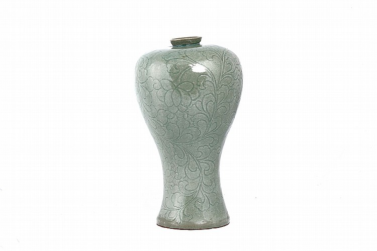 AN INCISED CELADON VASE, MAEBYEONG.   36.5cm H.   ????