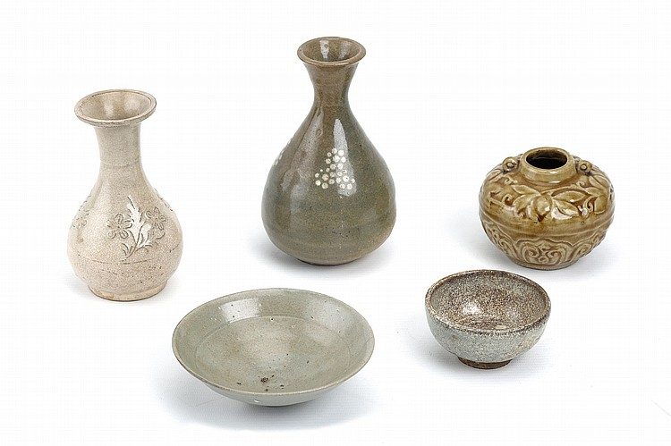 TWO VASES, A JAR AND TWO BOWLS. 4-16cm. (5) ????????????