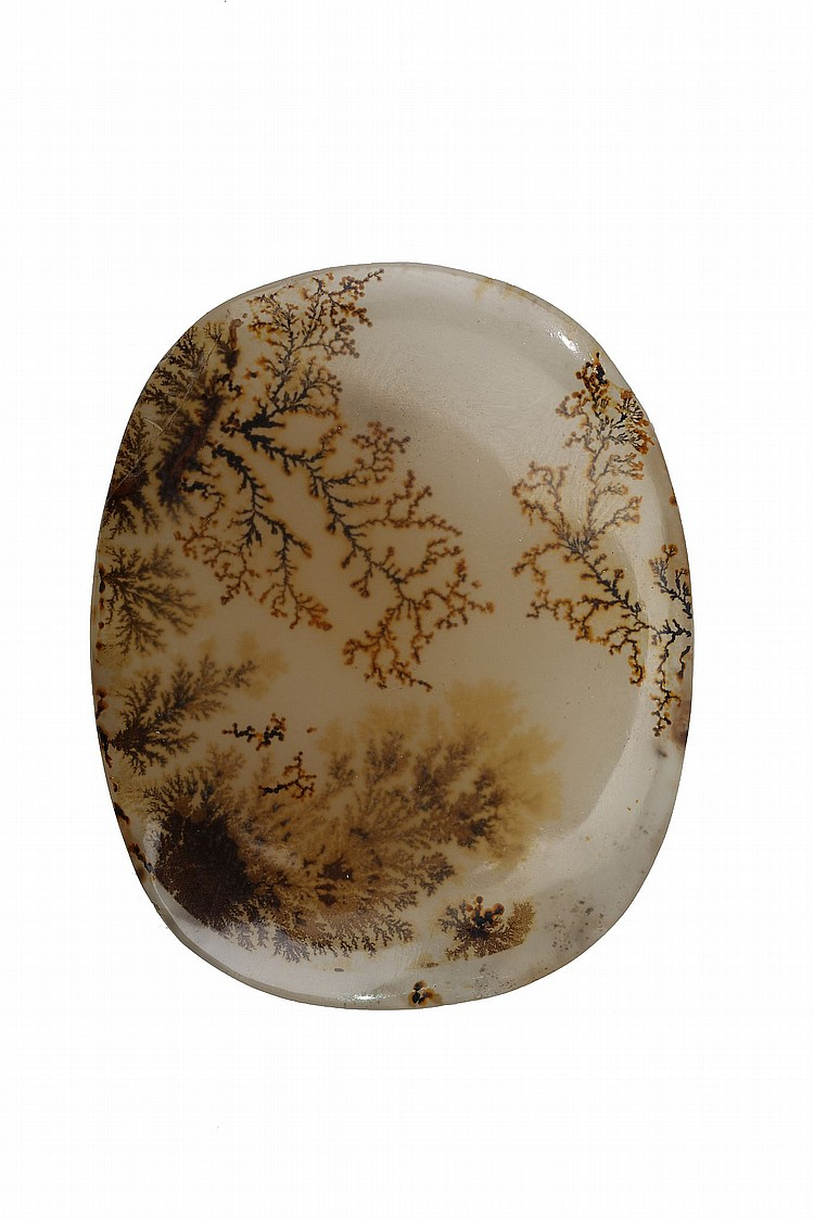 A MOSS AGATE PENDANT. Of flattened oval form, 4.5cm long. ???