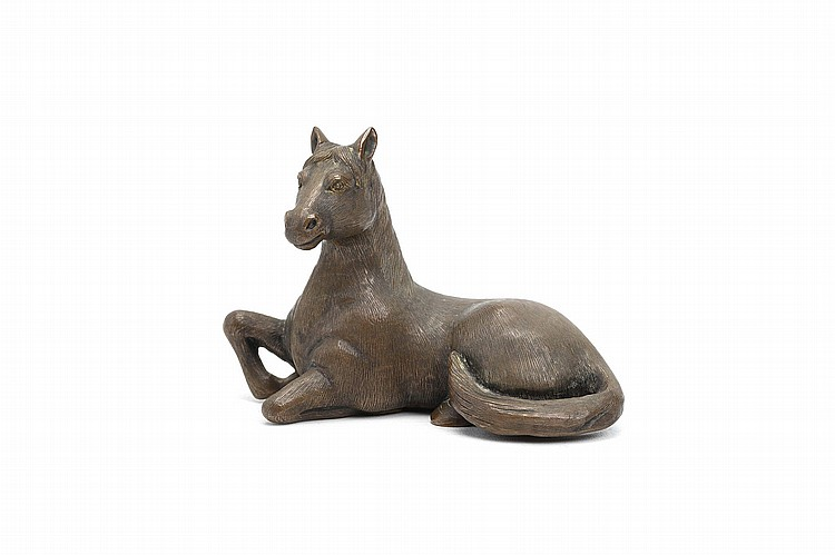 A CHINESE BRONZE 'HORSE' PAPER WEIGHT. 19th / 20th Century. Naturalistically cast seated with the tail curled round the body, the head slightly raised, and the body incised to make out the details of the fur, 7cm H. 19-20?? ????