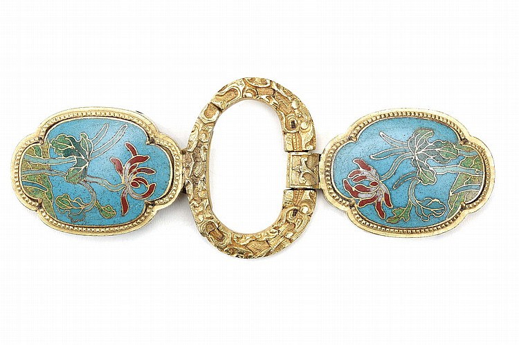 A CHINESE GILT BRONZE AND CLOISONNÉ ENAMEL BELT HOOK AND BUCKLE. Qing Dynasty, 18th Century. Comprising a pair of quatrefoil panels worked in cloisonné enamel with a flower and stem on a turquoise ground, set in a gilt bronze frame, the two attached to a central gilt bronze patterned ring-form clasp, 14cm long. ?18?? ???????????